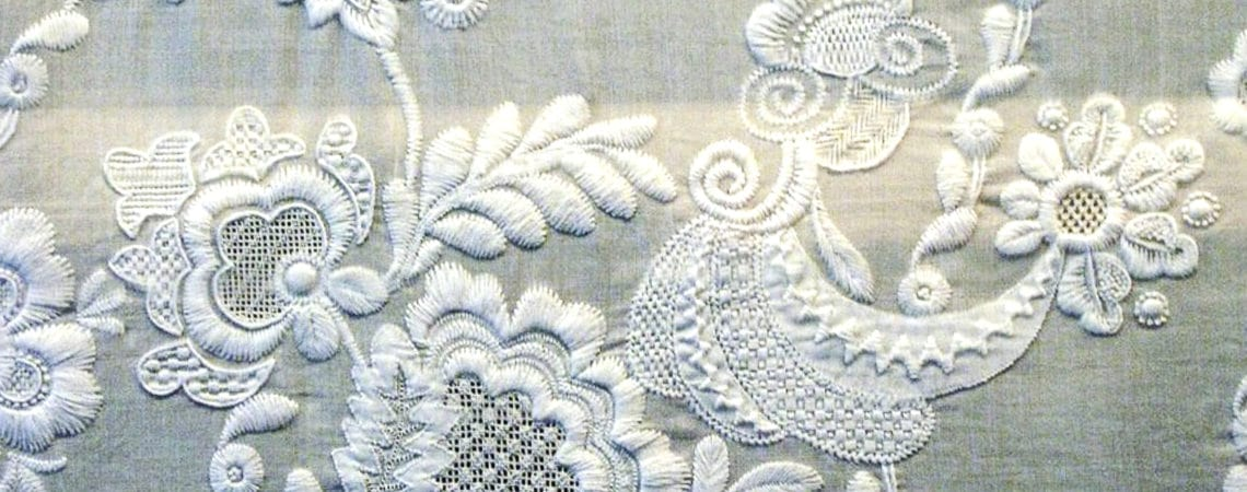 Вышивка белая гладь как украшение одежды.